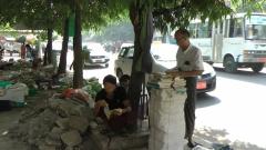 Raangoon lecteur sur le trottoir